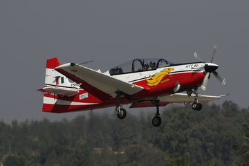 D&S 2019: Indian air chief checks out HTT-40 trainer